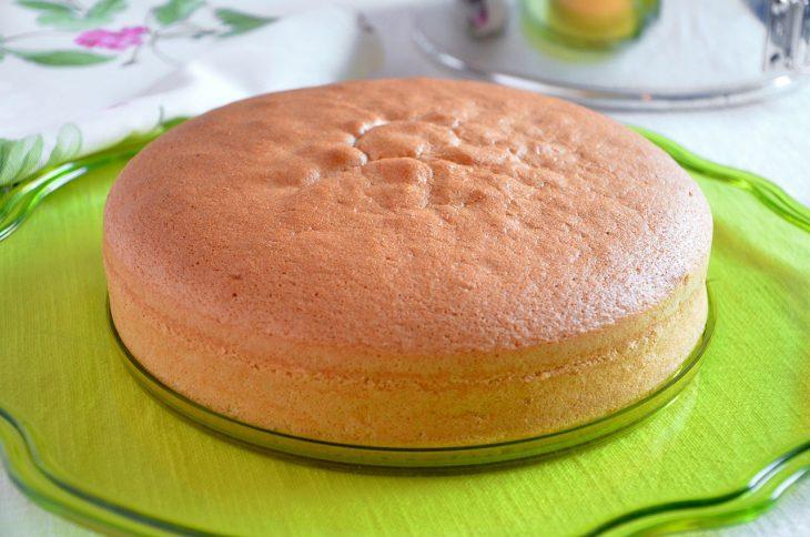 Il pan di Spagna ha ,appunto, origini spagnole ed è nato dalla rivisitazione di un dolce preparato da un pasticcere genovese durante un banchetto nel 1700 in onore del re di Spagna Ferdinando IV.