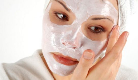 Usare lo yogurt per realizzare delle maschere viso fai da te.