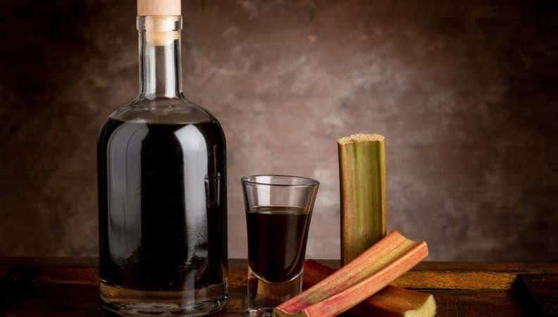liquore di rabarbaro fatto in casa