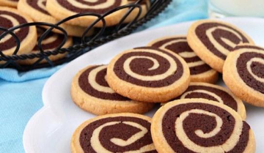Biscotti a girandola bicolore, ricetta facile e veloce