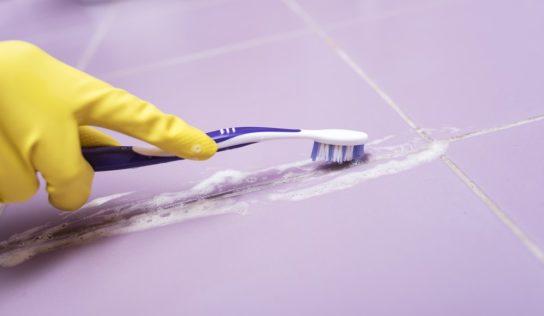 Pulire le fughe del pavimento, in modo naturale ed economico, con 2 ingredienti.