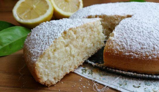 Torta gustosa al limone; 12 cucchiai.