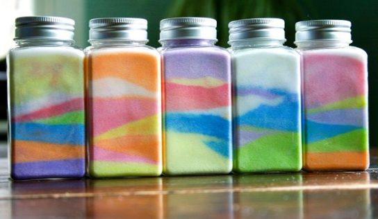 Arcobaleno in bottiglia. Creare colorate bottigliette, portafoto con il sale, insieme ai bambini.