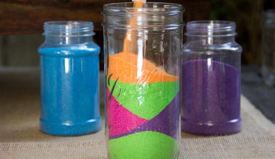 Vasetti di sabbia colorata fai da te.