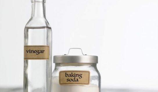 Utilizzare l'aceto come detergente ecologico per la casa.