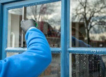 Come realizzare un pulisci vetri e specchi al Borotalco in casa