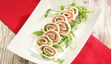 Girelle al salmone, facili e senza cottura, ideali per il buffet delle feste