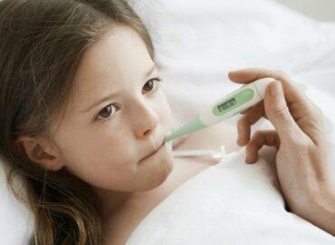 Quando i bambini hanno la febbre è possibile usare ibuprofene e paracetamolo