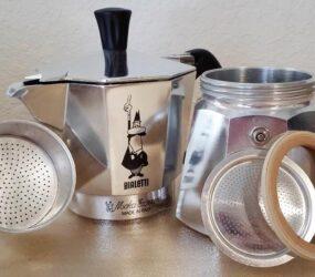 Pulire la Moka in modo naturale con sale, aceto e limone, senza alterare il gusto del caffè