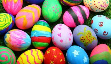 Uova sode colorate, utilizzando metodi semplici e naturali per poter ottenere un bellissimo risultato
