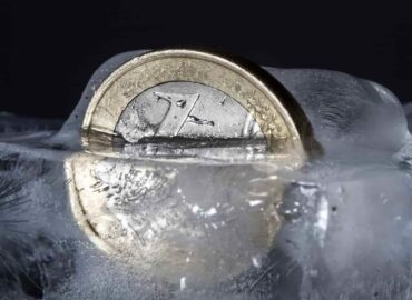 Mettere una moneta nel freezer prima di un viaggio di piacere o di lavoro è molto utile