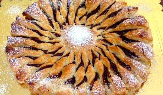 Torta girandola di pasta sfoglia: un dolce goloso, facile e veloce da  realizzare, con farcitura alla nutella o marmellata.
