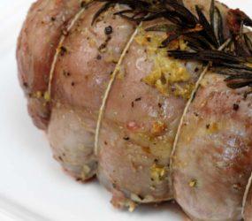 Rotolo di vitello farcito con spinaci e funghi, ricetta ideale per le feste