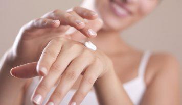 Come ringiovanire le mani con una crema naturale fai da te