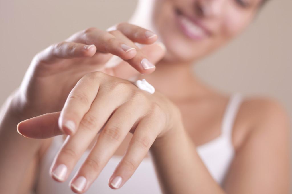 ringiovanire le mani con una crema