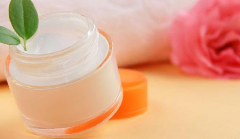 Come realizzare in casa diversi tipi di creme per il viso, naturali al 100%, super efficaci, in modo semplice ed economico.