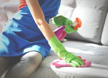 Come rimuovere le macchie da un divano in microfibra, pelle o tessuto.