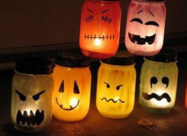 Halloween: come trasformare un barattolo di vetro in una lanterna.