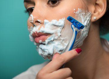 Eliminare i peli del viso in modo semplice e naturale