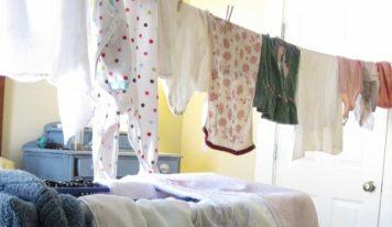 Come asciugare più velocemente i vestiti in casa se fuori piove